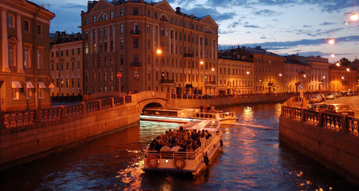 Скидка до 50% на ночные маршруты по рекам и каналам Санкт-Петербурга с гидом от судоходной компании «Аква-Экскурс» фото 1