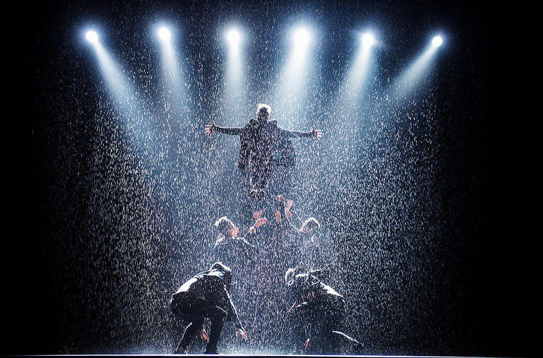 шоу под дождем V«Мужчина vsЖенщина»
