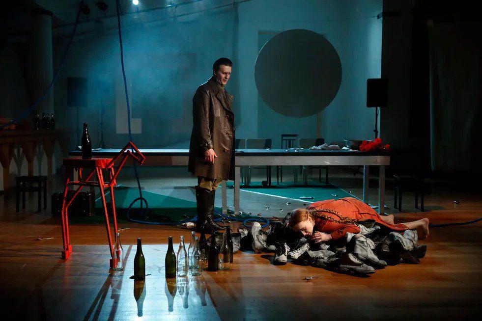 Спектакль «Кони за окном» в театре «Школа драматического искусства» фото 2