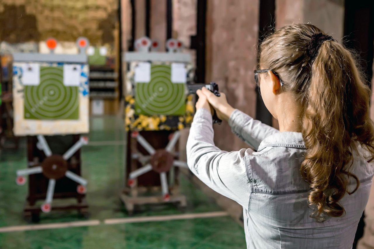 Занятия по стрельбе из пистолета в пневматическом тире клуба «Лабиринт» фото 1