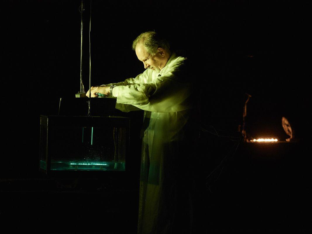 Спектакль «Макс Блэк, или 62 способа подпереть голову рукой» в Электротеатре «Станиславский» фото 4