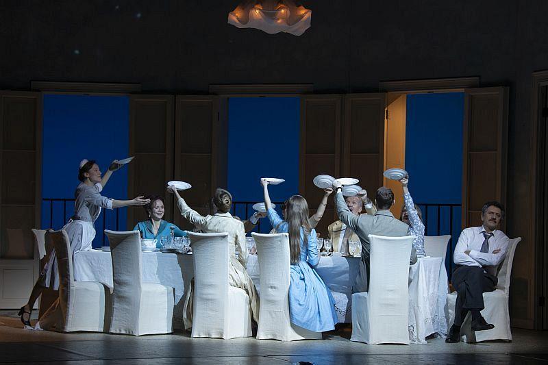 Спектакль «Суббота, воскресенье, понедельник» в Театре имени Евг. Вахтангова фото 9