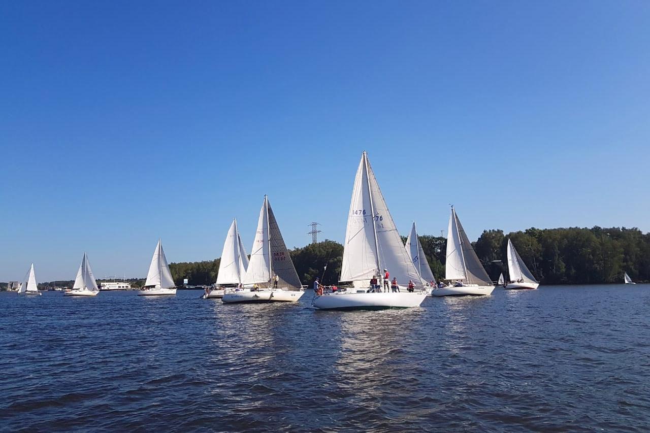 Прогулка на парусной яхте с обучением и практикой фото 1