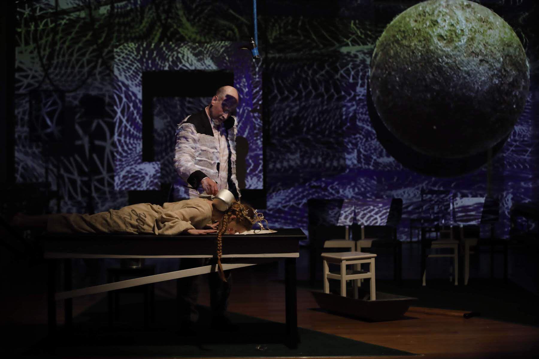 Спектакль «Кони за окном» в театре «Школа драматического искусства» фото 1