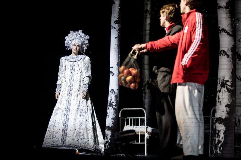 Спектакль «Сказка про последнего ангела» в Театре Наций фото 5