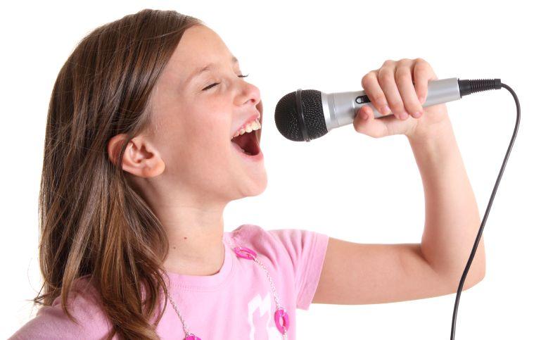 Символов, картинка девочка с микрофоном