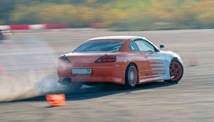 Экстремальное вождение на спорткаре Nissan фото 1