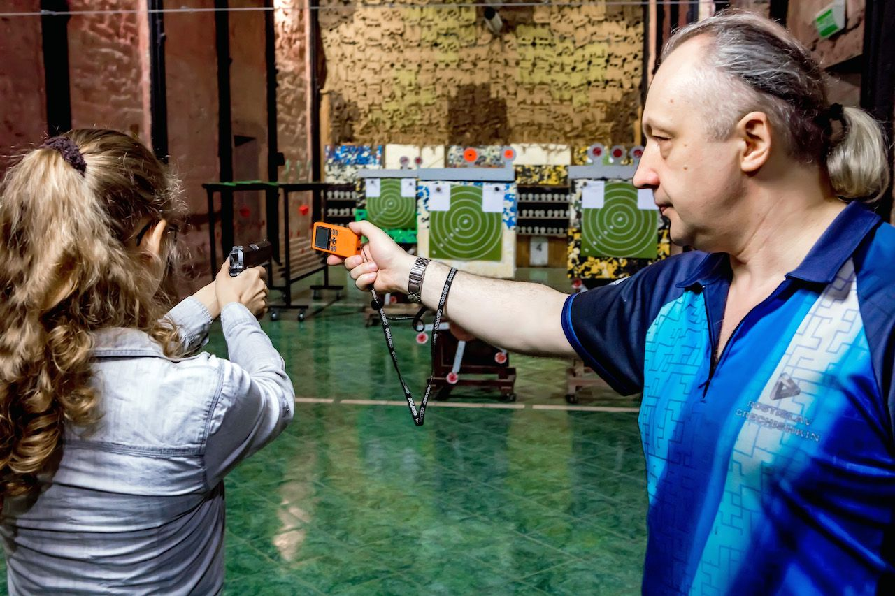 Занятия по стрельбе из пистолета в пневматическом тире клуба «Лабиринт» фото 9