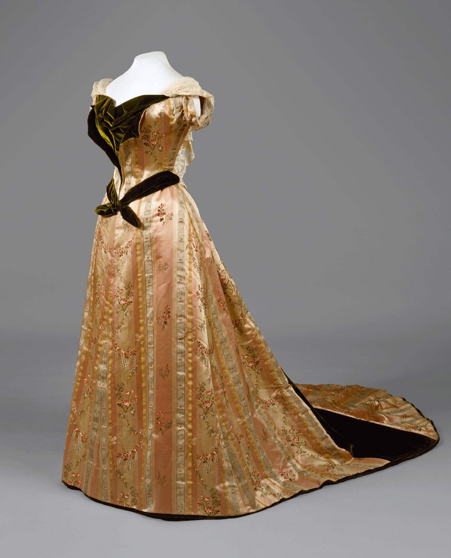 Выставка «Придворный костюм середины XIX — начала ХХ веков из собрания Эрмитажа»