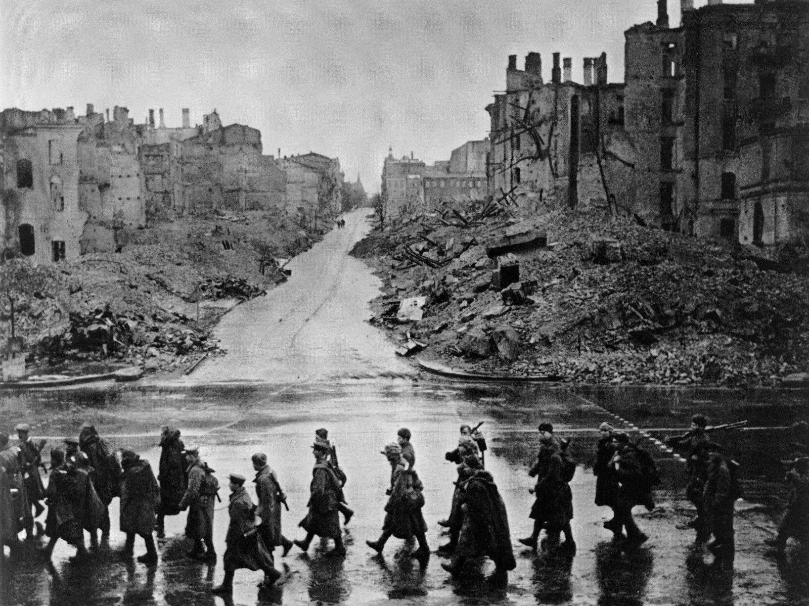 военные фотографии города ровно потому