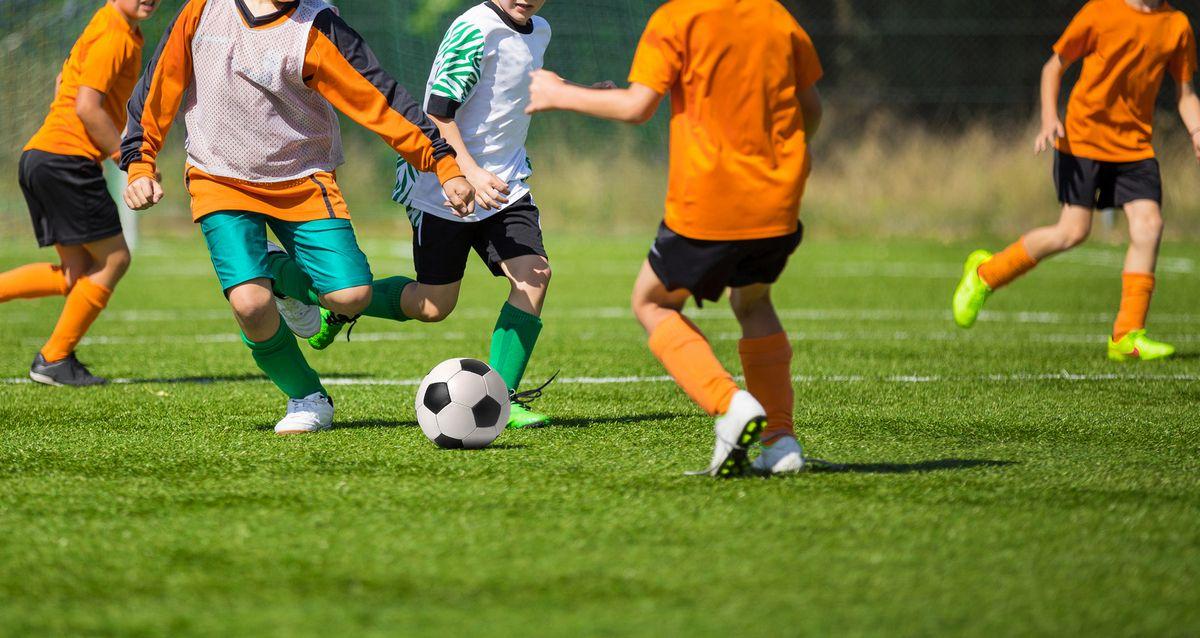 Скидки до 100% на обучение в «Футбольном клубе имени Геннадия Салова» фото 1