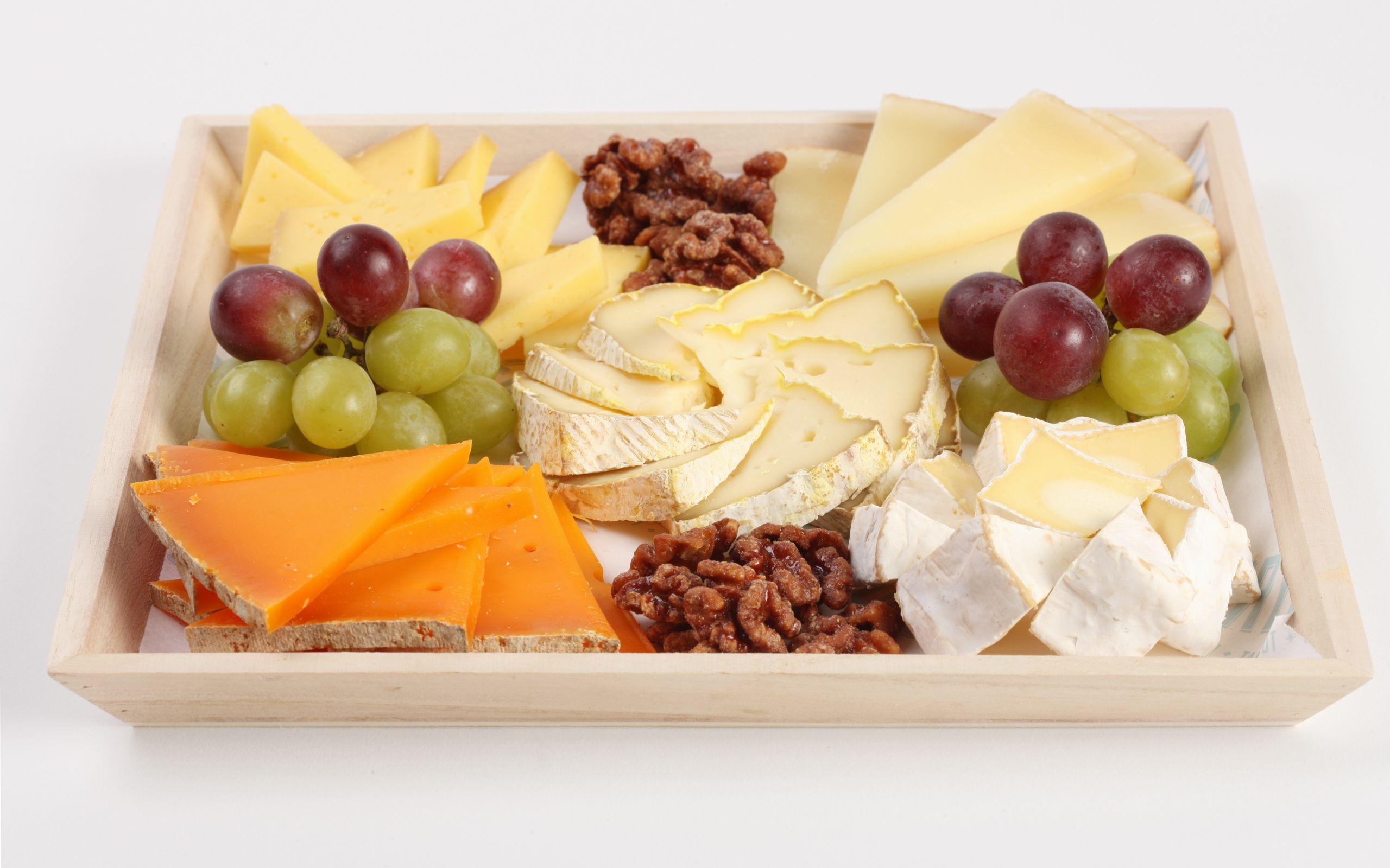 Сырные шарики на тарелке  № 2129900 загрузить