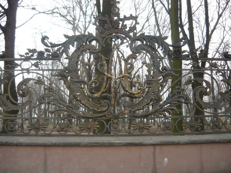 Царственная решетка в парке им. 9 января