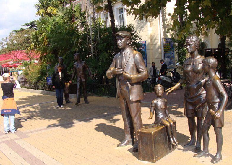 Памятник в сочи у вокзала памятники архитектуру центральной россии