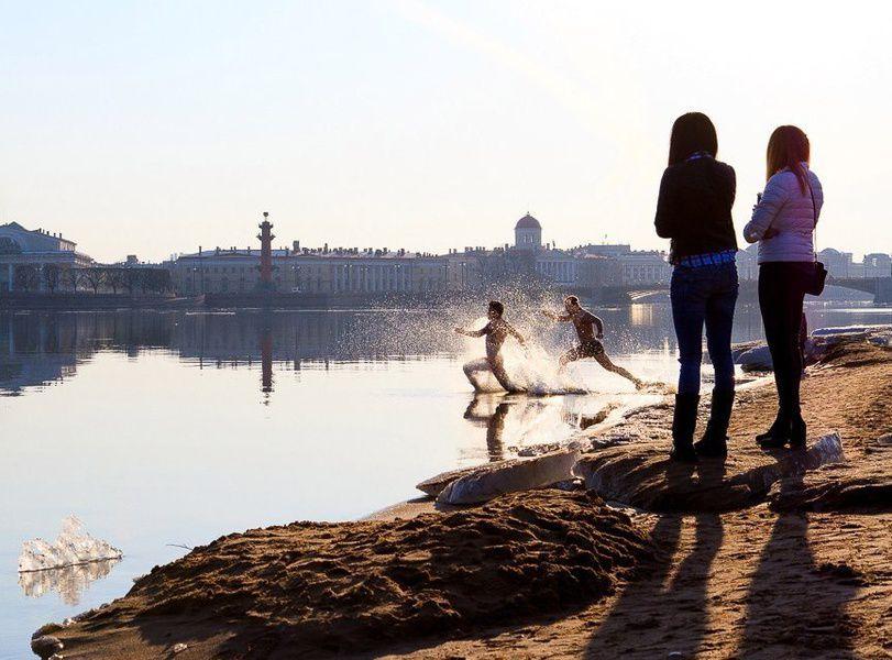 Нафестивале зимнего плавания в северной столице мурманчане окунулись вхолодные воды Невы