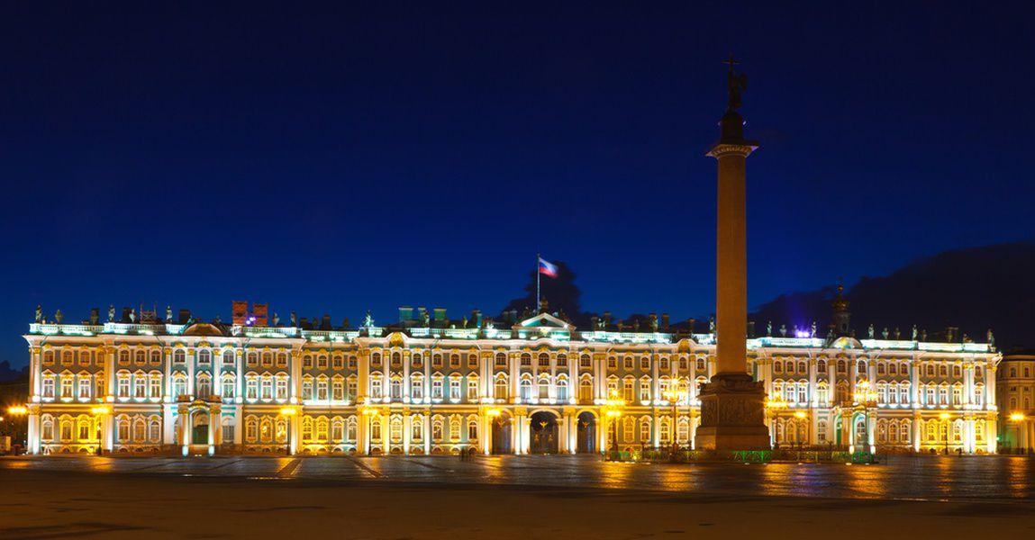 Зимний дворец «перекрасили» вкрасный цвет к100-летию революции