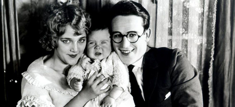 Звезды немого кино Гарольд Ллойд и Милдред Дэвис с сыном.